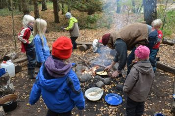 Festa de aniversário infantil na floresta na Alemanha.